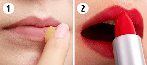 Son lì giúp tạo màu môi nhẹ nhàng và lâu trôi, khi trang điểm mùa nóng nên đánh thành nhiều lớp giúp bền màu.