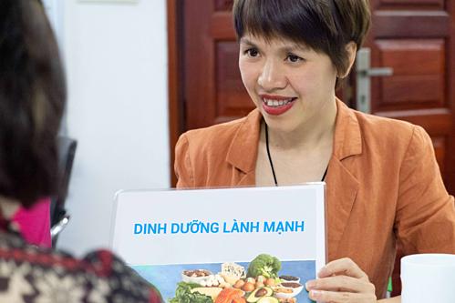 Chuyên gia Vũ Vân Anhtư vấn dinh dưỡng cho học viên.