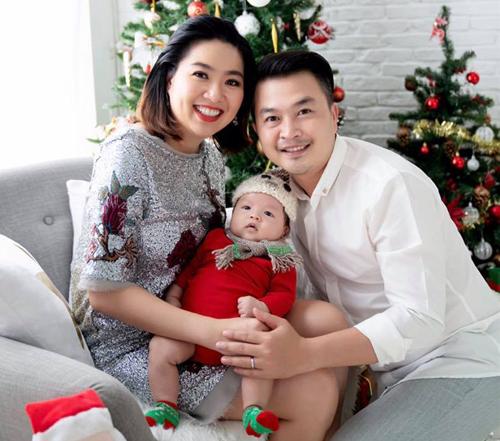 Lê Khánh hạnh phúc bên con trai và ông xã Tuấn Khải.