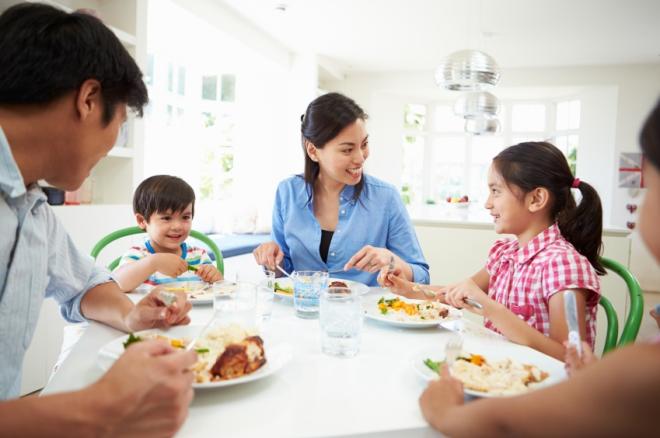 Ẳn uống đúng cách để gia đình khỏe mạnh cả đời. Ảnh: The CheatSheet