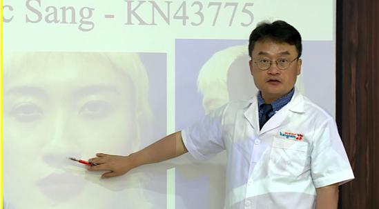 Giáo sư Kang - chuyên gia cố vấn trong quá trình lột xác cho các thí sinh.