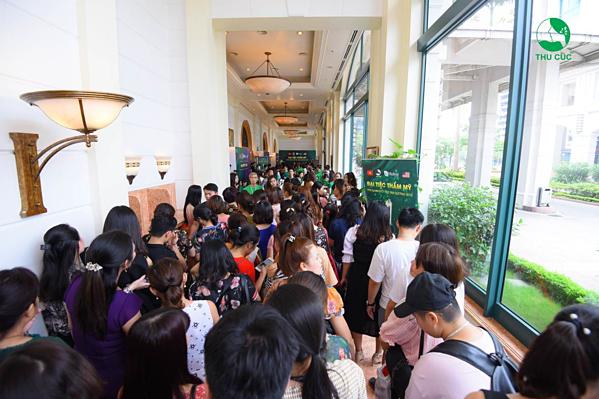 Hàng trăm người xếp hàng để tham dự dù sự kiện chưa diễn ra.