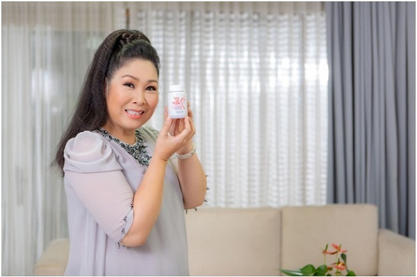 Nghệ sĩ Hồng Vân sử dụng sản phẩm Xuân Nữ Khang hỗ trợ sức khỏe thời kỳ tiền mãn kinh.