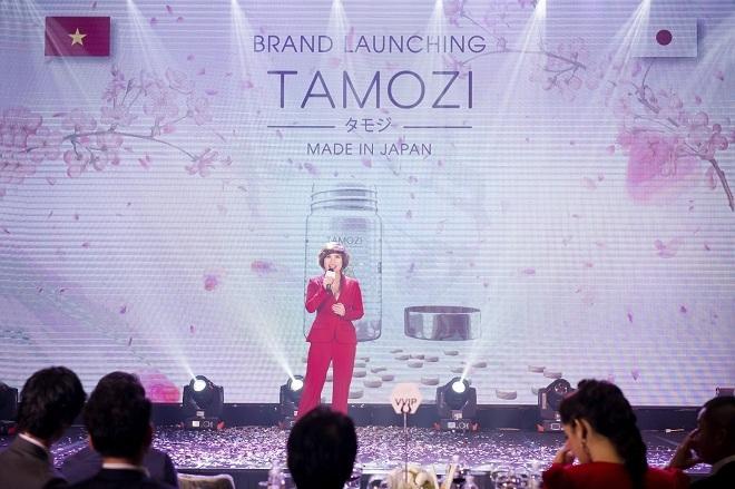 Bất ngờ bước ra từ sau màn hình LED, doanh nhân Trâm Tạ tự tin thuyết trình về thành phần và cơ chế giảm cân hiệu quả của Tamozi Diet.