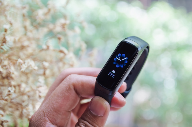 Màn hình OLED màu của Galaxy Fit giúp bạn dễ dàng đọc thông số ngay cả khi di chuyển dưới ánh nắng mặt trời.