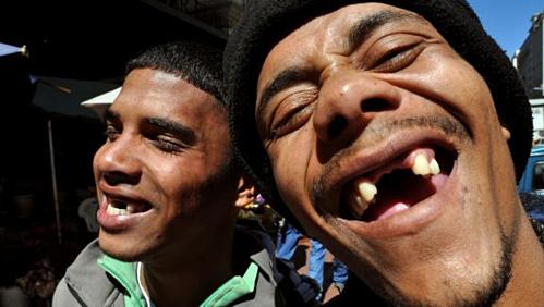 Người dân Nam Phi khoe cụ cười Cape Flats. Ảnh: AFP.