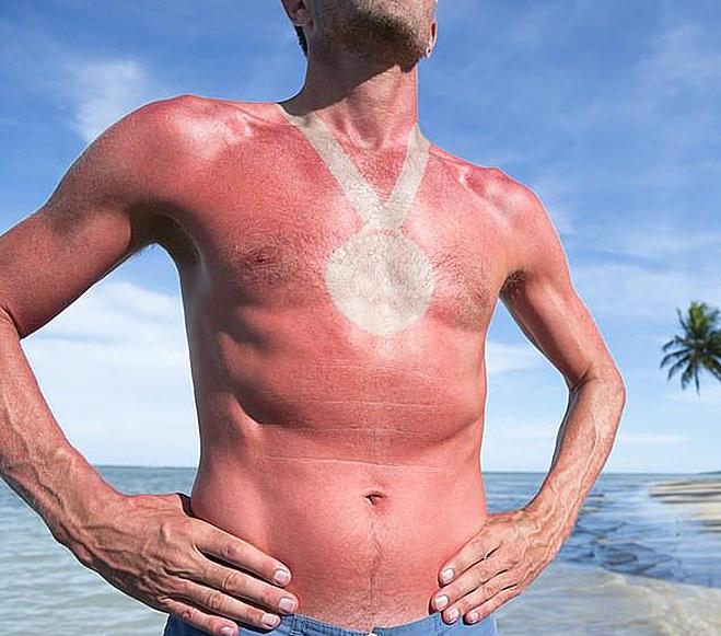 Người đàn ông với hình xăm huân chương trước ngực. Ảnh: The sun