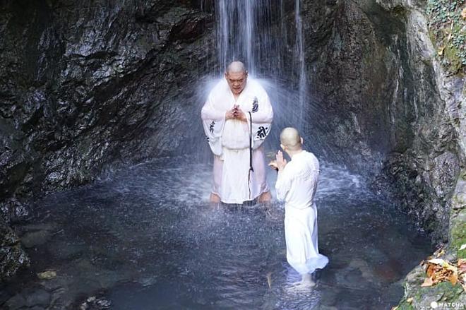 Người Nhật thiền dưới thác nước. Ảnh: Matcha-jp