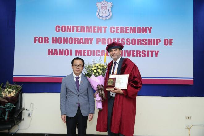 GS. Tạ Thành Văn - Hiệu trưởng Đại học Y Hà nội trao tặng danh hiệu Giáo sư danh dự cho GS.Michael Tirant.