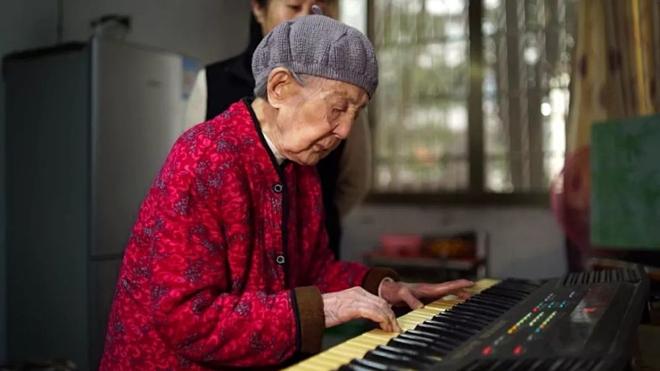 Bà Liu chơi piano đều đặn mỗi ngày. Ảnh: Kuaibao.qq