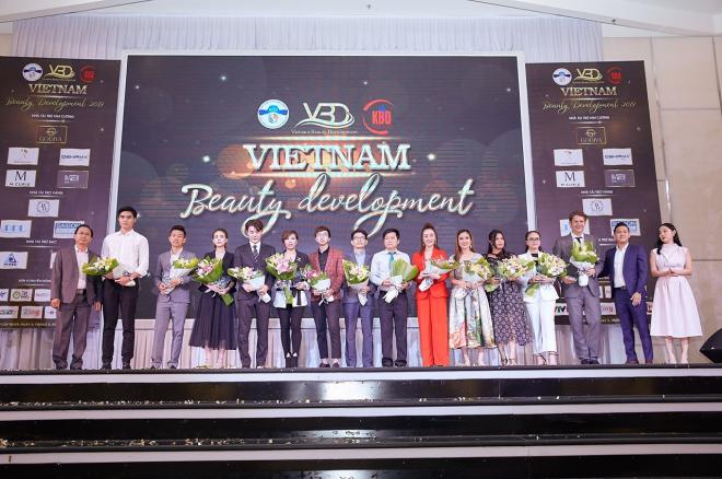 Ông Nguyễn Ngọc Huy, Giám đốc Công ty TNHH Thương mại Phát triển Beauty Vietnam (VBD) trao hoa và kỷ niệm chương cho các nhà tài trợ,khách mời.