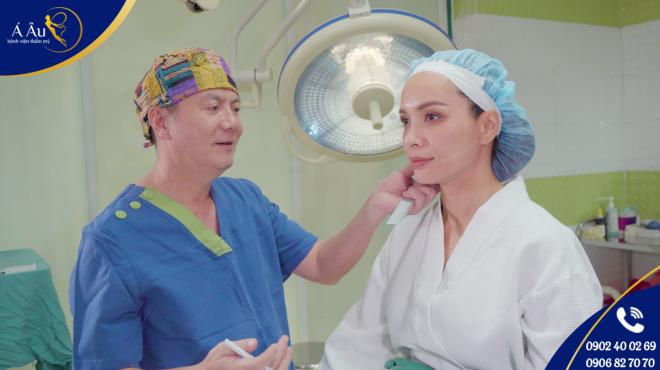 Bác sĩ Phan Thanh Hào trực tiếp thực hiện căng da chỉ vàng cho người đẹp Thúy Hạnh.