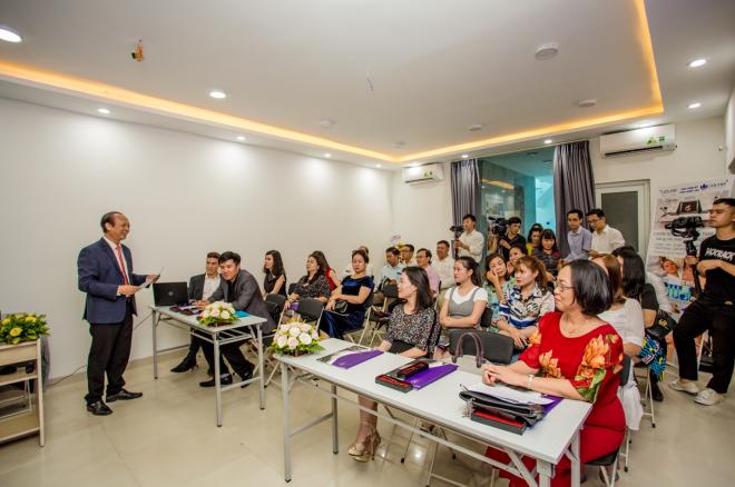 Bác sĩ Đinh Đức Anh - Giám đốc điều hành Lien Anh Clinic & Beauty giới thiệu về công nghệ Harmony XL Pro.