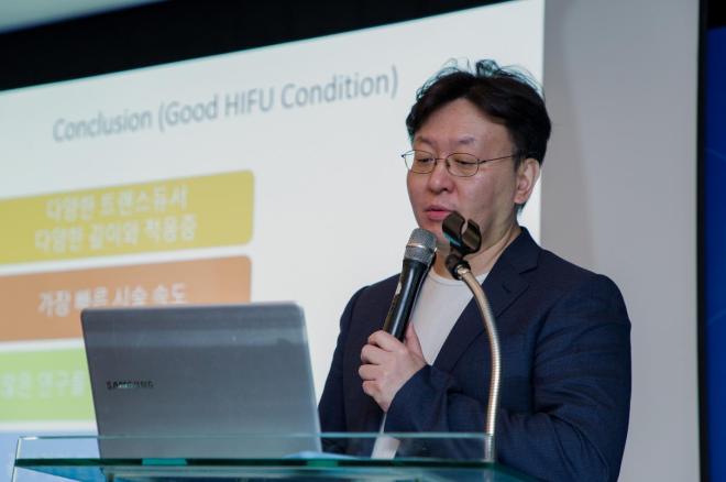 Bác sĩ Park Huyn Jun từ Hàn Quốc phát biểu tại sự kiện.