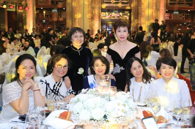 Bà Đặng Thanh Hằng cùng các khách mời tại tiệc kỷ niệm 30 năm, tổ chức ở khách sạnThe Reverie Saigon, quận 1, TP HCM.