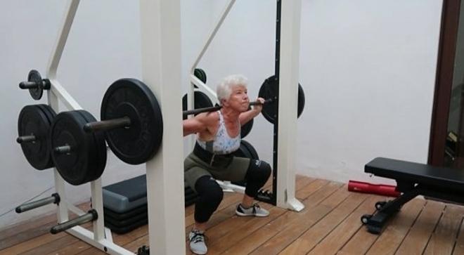 Bà Joan có thể nâng tạ, tập hip thrust với mức cân bằng trọng lượng cơ thể mình trước đây. Ảnh: Metro