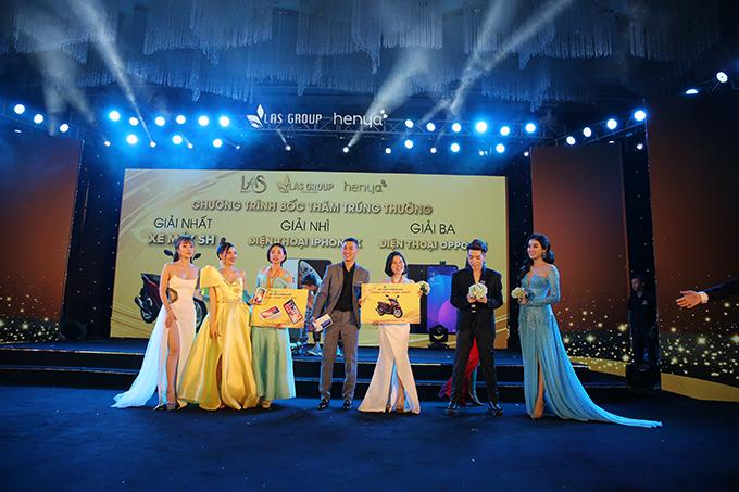 Nam ca sĩ Đức Phúc cùng ban lãnh đạo công ty trao tặng nhiều phần quà cho khách mời.