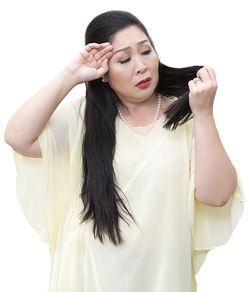Như bao phụ nữ khác, Hồng Vân đối mặt với nỗi lo rụng tóc tuổi trung niên.