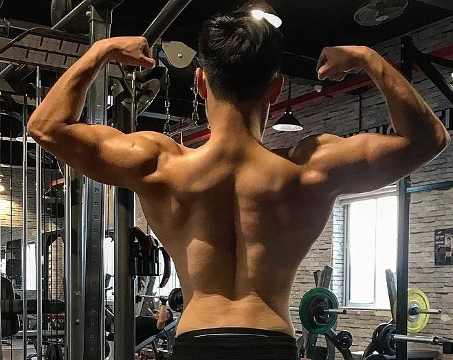 Thể hình 6 múi cơ bắp từ phía sau. Ảnh: Nhân vật cung cấp