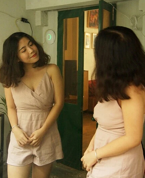 Linh ngắm nghía từng chiếc váy mới mua khi thân hình thon gọn. Ảnh: Nhân vật cung cấp