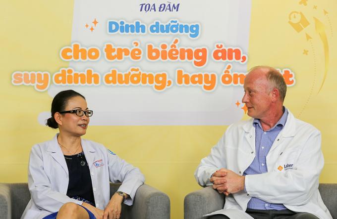 Bác sĩ Tín trao đổi cùng ông