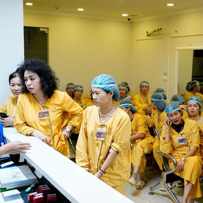 Khách hàng đăng ký thẩm mỹ mắt tại Dr. Hải Lê.