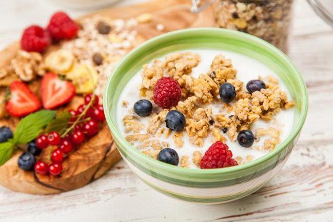 Thay vì nhịn bữa sáng hãy thay đổi chế độ ăn uống bằng các món ăn giàu chất xơ, khoáng chất.