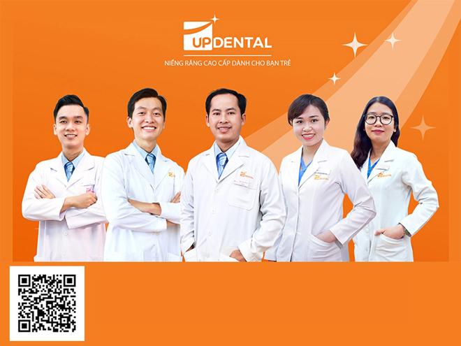 Up Dental là nha khoa chuyên về niềng răng với chi phí phù hợp. Khách hàng có thể quét mã QR để xem review niềng răng của các khách hàng tại nha khoa.