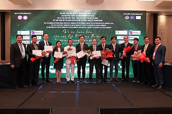 Các bác sĩ, chuyên gia diễn thuyết tại hội nghị có nhiều công trình nghiên cứu về thẩm mỹ, đến từ Hàn Quốc, Mỹ, Thái Lan, Australia...