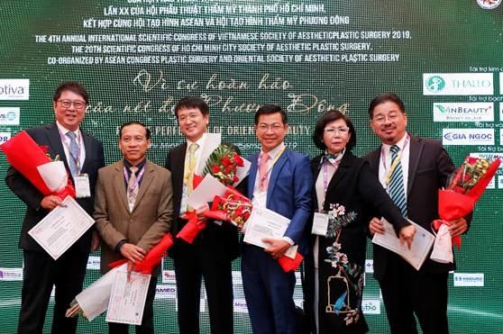 Tiến sĩ, bác sĩ Nguyễn Thanh Hải - Chủ Tịch Hội nghị khoa học Quốc tế thường niên năm 2019 - cùng các bác sĩ, chuyên gia nhận thư, hoa cám ơn tại sự kiện