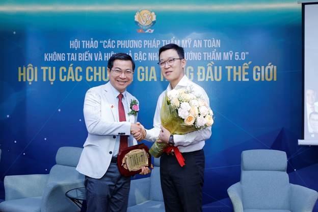 Tiến sĩ, bác sĩ Nguyễn Thanh Hải - Giám đốc Viện thẩm mỹ Quốc tế Việt - Hàn nhận chứng nhận và hoa cám ơn từ các chuyên gia Hàn Quốc.