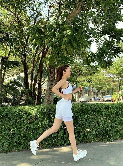Ngoài chạy bộ, người đẹp còn mê yoga, gym.
