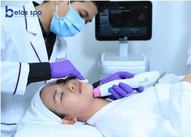 Khách hàng căng da, xoá nọng cằm bằng công nghệ cao tại Belas Spa & Clinic.
