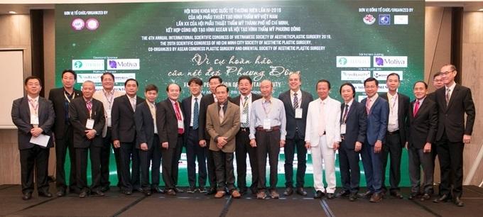 Diễn giả Việt Nam cùng các báo cáo viên nước ngoài chụp hình lưu niệm.