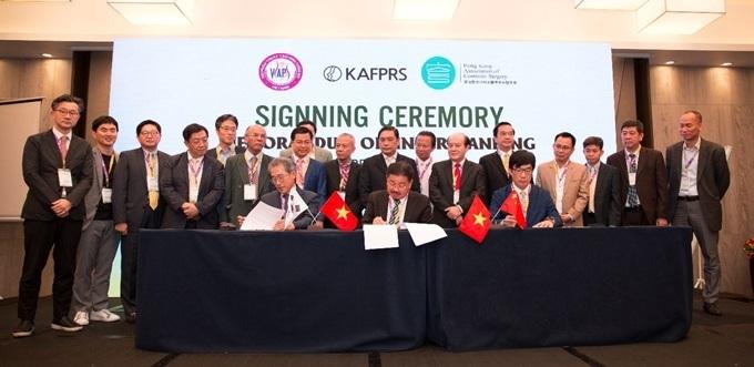 Phó Giáo sư, tiến sĩ Lê Hành - chủ tịch VSAPS; Phó Giáo sư, tiến sĩ Jung Soo Kim - Chủ tịch KAFPRS; Phó Giáo sư, tiến sĩ Wilson Ho - Chủ tịch HKACS ký kết Mou ký kết cộng tác khoa học.
