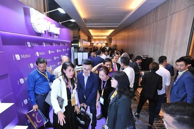 Các gian hàng triển lãm thiết bị, vật liệu y khoa công nghệ cao thu hút nhiều sự quan tâm của các bác sĩ, khách mời.