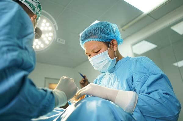 Bác sĩ Võ Thành Trung đang thực hiện một ca cắt mí iLid.