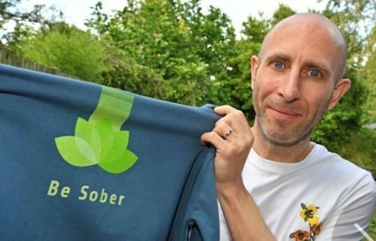 Simon cùng chiếc áo mang logo website Be Sober. Ảnh: Simon Chapple