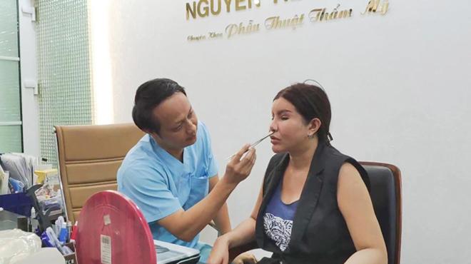 Bác sĩ Huy trực tiếp thăm khám, tư vấn cho chị Nguyễn Ngọc Yến.