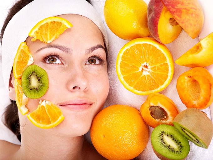 Vitamin C có nhiều trong kiwi, cam, táo... giúp da giảm thâm, trắng sáng hơn. Ảnh: Health.