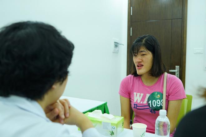 Các thí sinh gặp gỡhội đồng giám khảo chương trình, chia sẻ câu chuyện của bản thân.