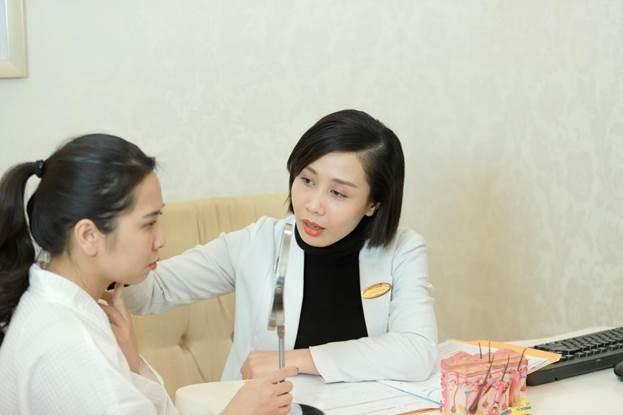 Bác sĩ Đỗ Hồng Hạnh tư vấn cho bệnh nhân bị nám da.