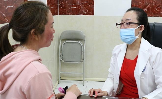 Bệnh nhân khám tại Bệnh viện Da liễu TP HCM vì tai biến do lột da. Ảnh: Lan Anh.