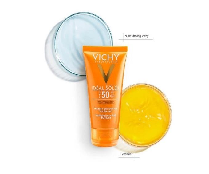 Kem chống nắng Vichy Capital Soleil Face Dry Touch có chỉ số chống nắng SPF 50, ngăn được tác hại từ tia UVA và UVB. Sản phẩm không gây nhờn rít, không màu, tạo cảm giác dịu nhẹ cho da. Kết cấu dạng kem, áp dụng công nghệ giúp chống nắng, ngăn lão hóa, ngừa ung thư da với 4 màng lọc bảo vệ da trước tia cực tím. Sản phẩm chống nắng hiệu quả cùng khả năng thấm nhanh, khô ráo,đem lại cảm giác thoải mái khi sử dụng. Kem chống nắng Vichy có giá 309.000 đồng trên Shop VnExpress, giảm 36% so với giá gốc.