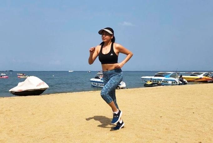 Phương Trang cho biết thích chạy bộ trên biển. Tham khảo giày chạy bộ Nike Air Prestotrên Shop VnExpress, đem đếnsự thoải mái cho cổ chân và tạo hiệu ứng giãn dài như phần nối của chiếc ống hút. Giày có độ co giãn với vải spacer-mesh.