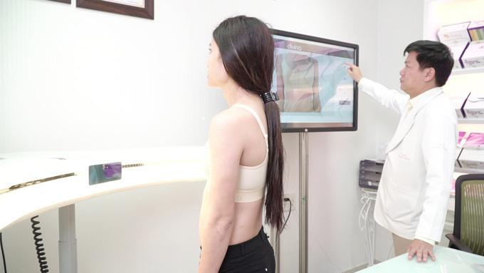 Bác sĩ Tú Dung (trái) tư vấn nâng ngực cho người chuyển giới.