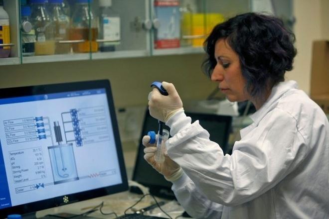 Nhà khoa học Israel làm việc tại một phòng thí nghiệm. Ảnh: AFP