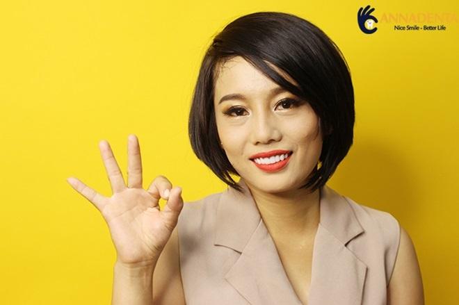 Chị Cẩm Tiên hài lòng sau khi sử dụng dịch vụ răng sứ thẩm mỹ tại Nha Khoa Anna.