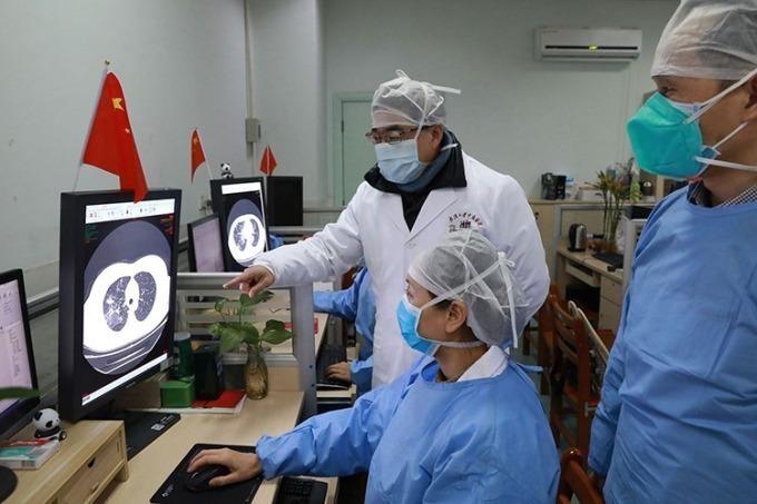Nhân viên y tế kiểm tra hình ảnh chụp CT của một bệnh nhân tại Bệnh viện Trung Nam của Đại học Vũ Hán ngày 2/2. Ảnh: Chinadaily/Reuters