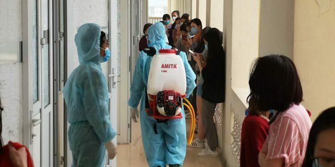 Nhân viên y tế khử khuẩn trong khu cách ly. Ảnh:Gavin Wheeldon